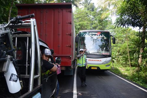 Kendaraan Besar Padati jalur alternatif mudik lebaran di wilayah Karangreja