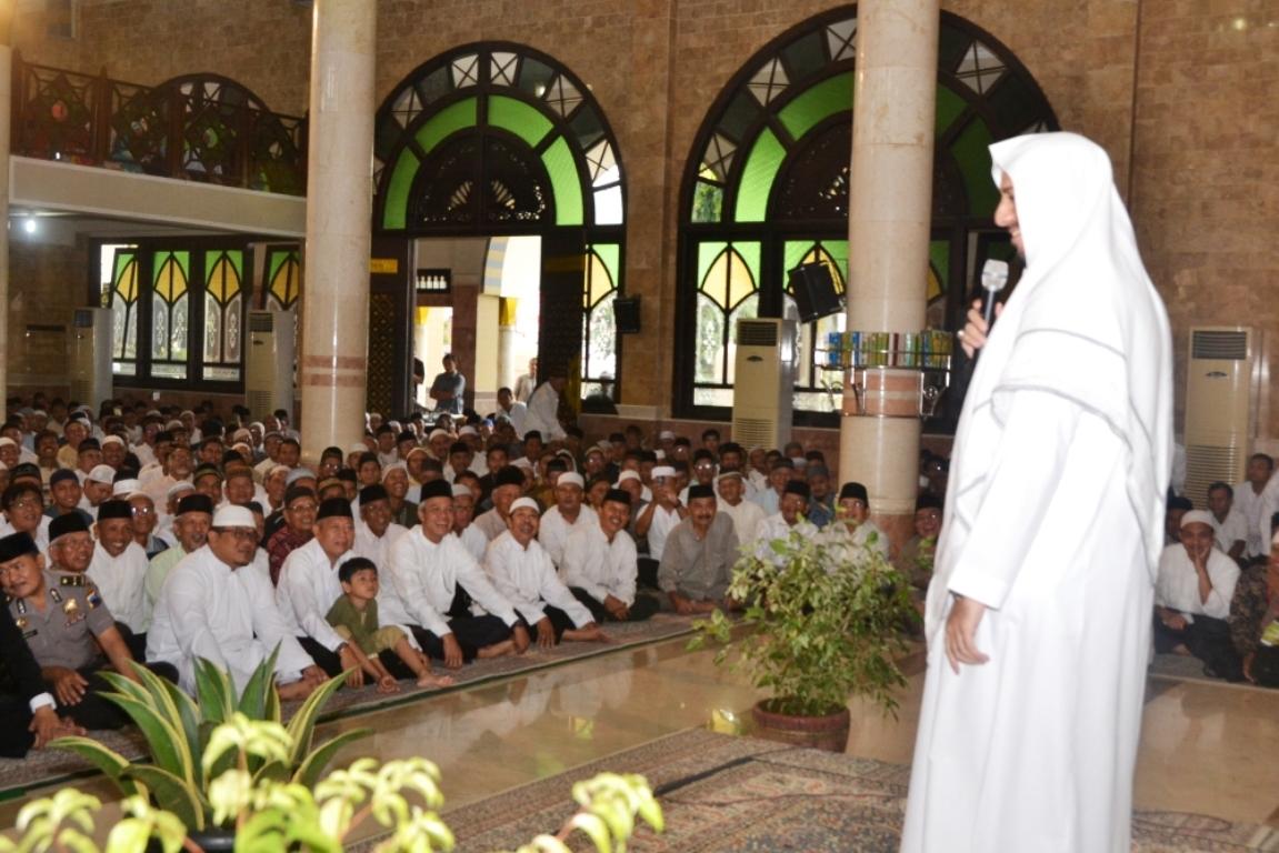 Syekh Ali Jaber Pimpin Shalat Tarawih Di Masjid Agung Darusalam