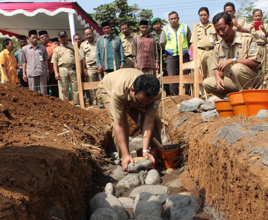 Kadindik Letakkan Batu Pertama Pembangunan SMKN 1 Kejobong