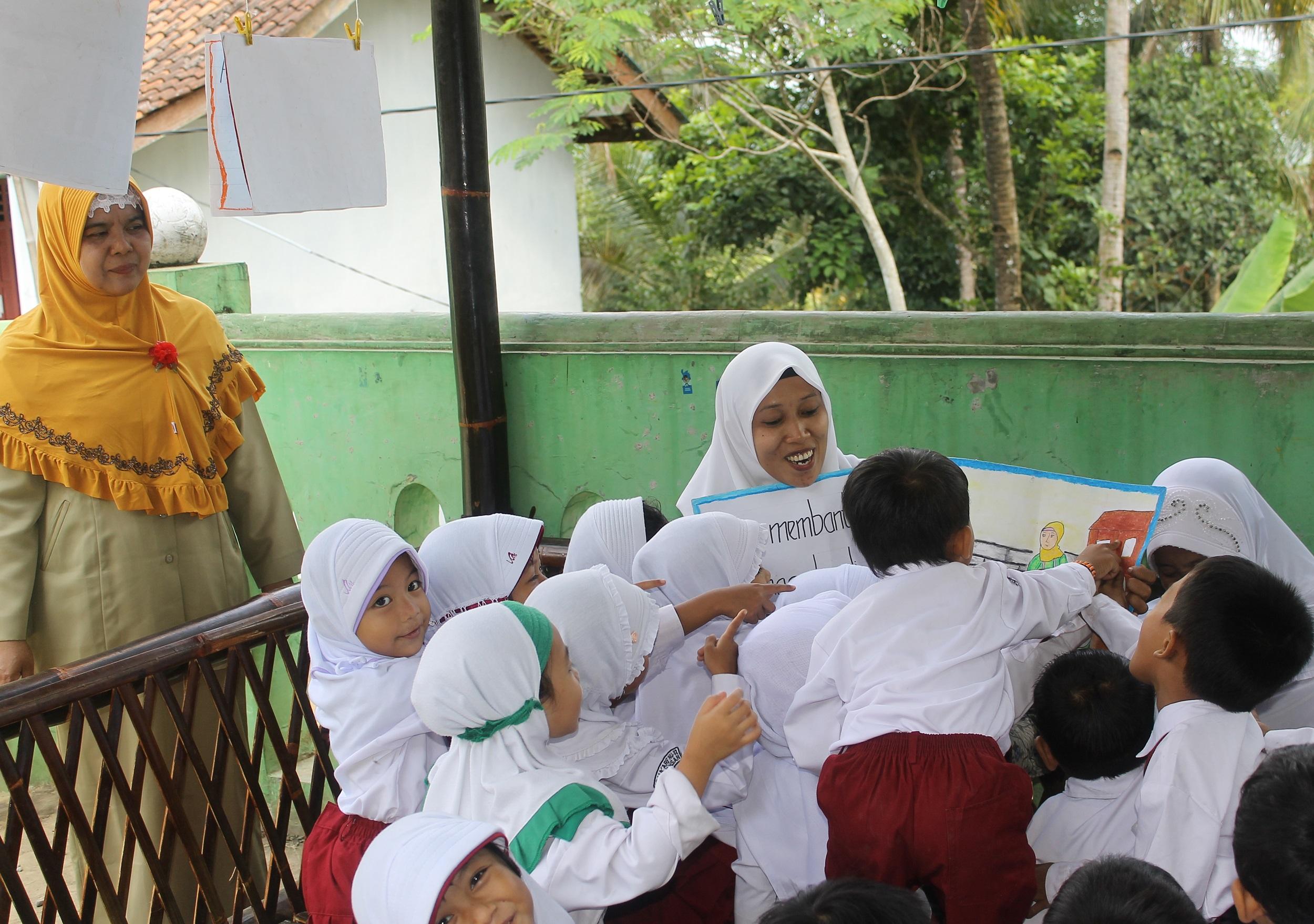 Ibu Pembuat Gula Jawa Ini Bantu Siswa Belajar Membaca  Libatkan Paguyuban Kelas untuk Dukung Program Membaca Terbimbing