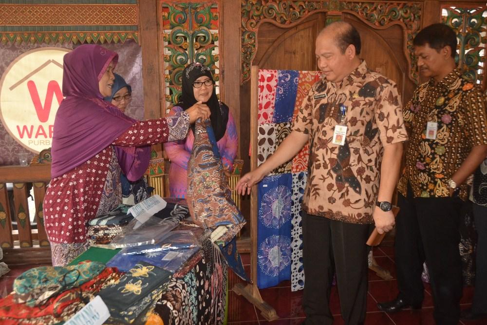 Peringati Hari Batik Nasional  UMKM Gelar Produk Batik Purbalingga, Polisi Pakai Selendang Batik.